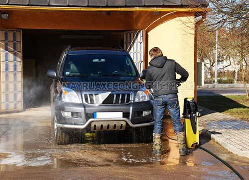Rửa xe ô tô bằng máy rửa xe cao áp là lựa chọn của nhiều người hiện nay