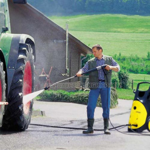 Nen dùng vòi phun khi rửa xe oto