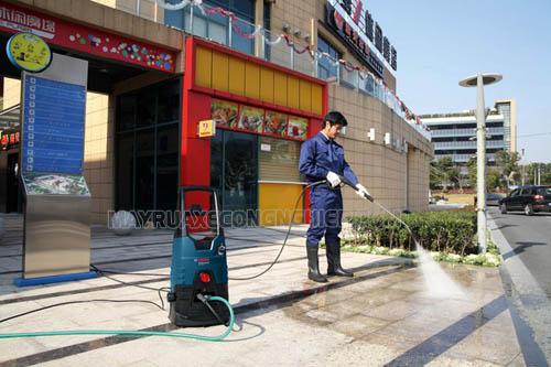 Giá máy rửa xe cao áp thường cao hơn các loại máy rửa xe khác