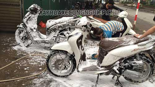 Người dùng nên chú ý rửa xe máy bằng nước rửa xe chuyên dụng