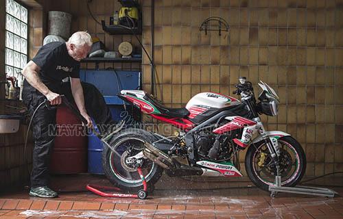 Những địa chỉ rửa xe máy siêu sạch hà nội luôn trang bị máy rửa xe máy cùng các dụng cụ hỗ trợ đầy đủ