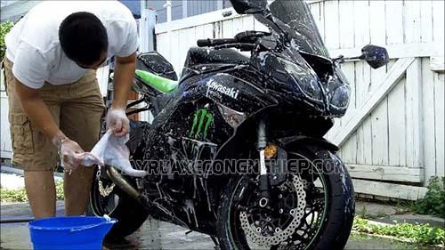 Người dùng cần chuẩn bị đủ dụng cụ rửa xe máy tại nhà để hiệu quả làm sạch được tốt nhất