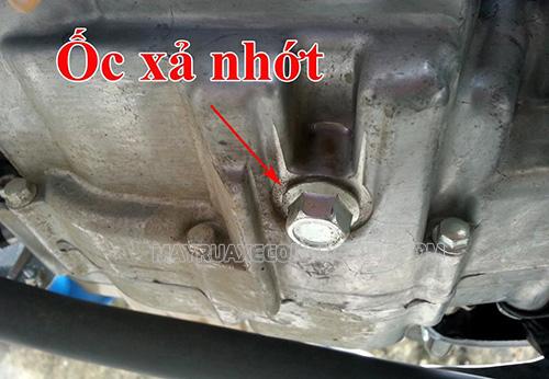 Xe máy bị chảy dầu có thể do ốc xả nhớt bị lờn