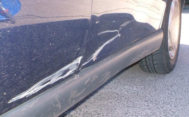 Kiểm tra mức độ xước của xe trước khi xử ký tình trạng