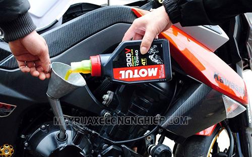 """Nên thay dầu định kỳ để xe máy chạy """"bốc"""""""