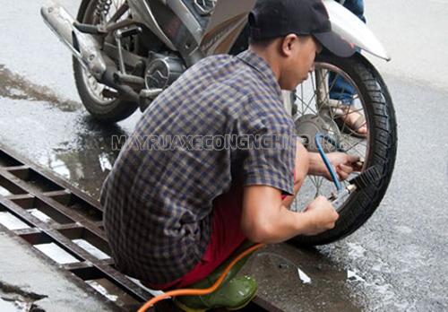 Bơm hơi cho xe là một cách để giải quyết vấn đề xe máy bị rung tay lái