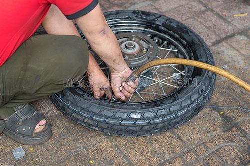 Bơm hơi đủ cho lốp xe để tránh bị phồng lốp