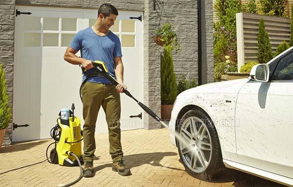 Rửa xe tại nhà bằng máy rửa xe mini