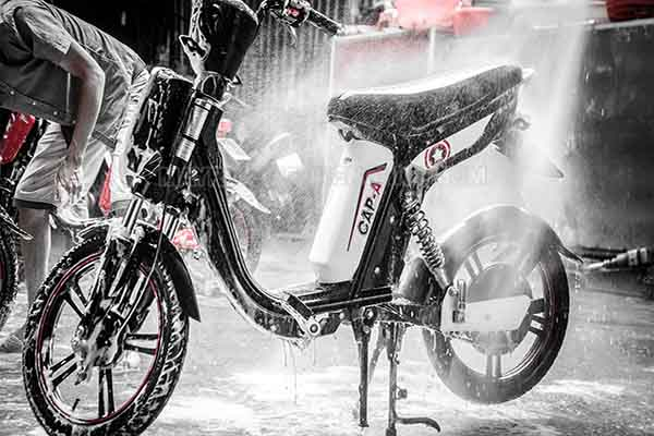 Rửa xe đạp điện cần chú ý để nước không lọt vào ắc quy