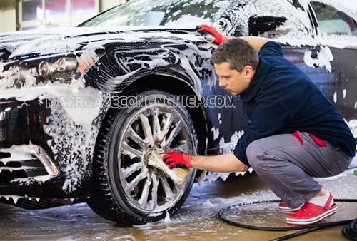 Khi rửa xe ô tô, người dùng cần chuẩn bị đầy đủ các dụng cụ, thiết bị cần thiết