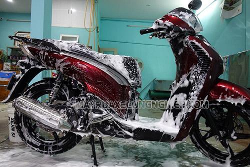 Rửa xe máy bằng xà phòng có thể gây hư hại cho xe