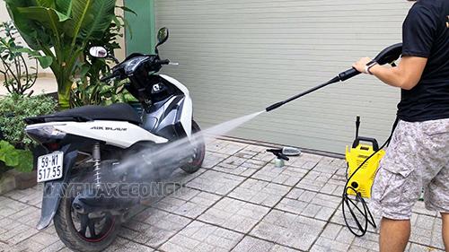 Rửa xe máy tại nhà bằng máy rửa xe mini