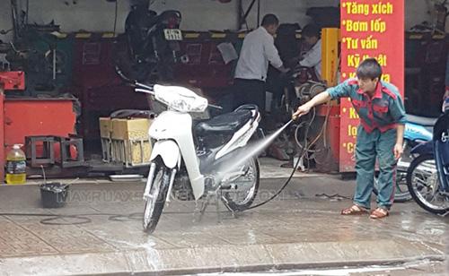 Rửa xe tại cửa hàng dịch vụ chuyên nghiệp