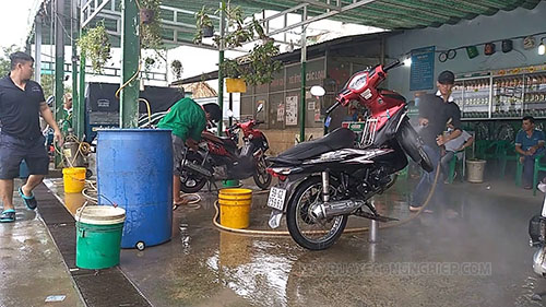 Rửa xe máy chuyên nghiệp bằng cầu nâng