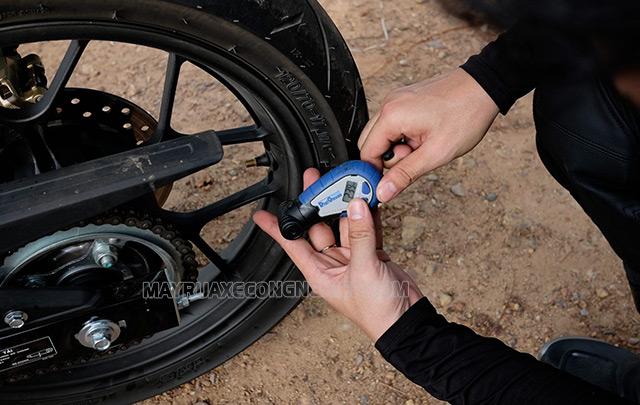 Bơm lốp xe máy