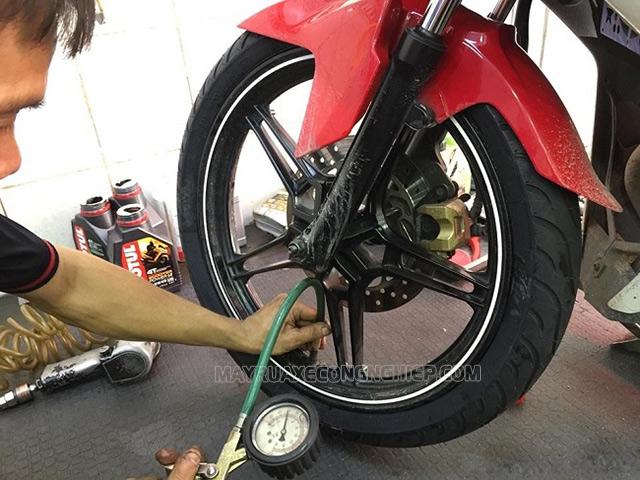 Cách bơm lốp xe máy