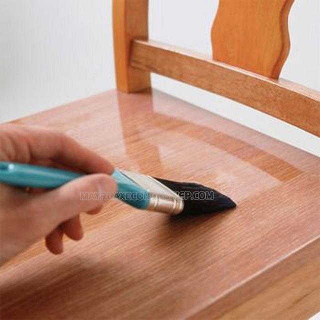 Làm sáng lớp vec-ni trên gỗ
