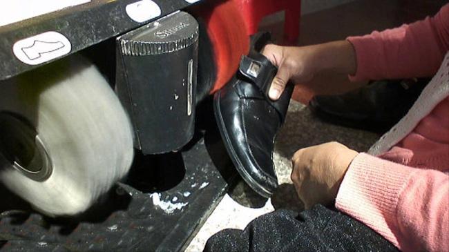 Điều chỉnh vị trí giày để chổi quét làm sạch giày
