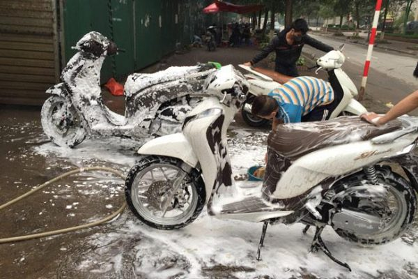 Bình phun bọt tuyết đang rất được ưa chuộng tại các tiệm phun rửa ngày nay