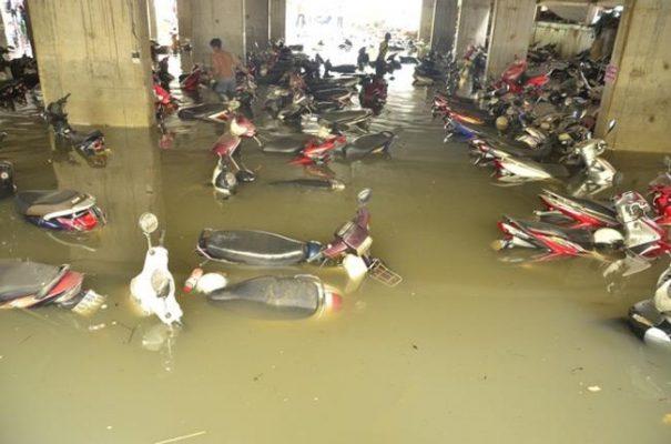 Xe bị ngập trong nước