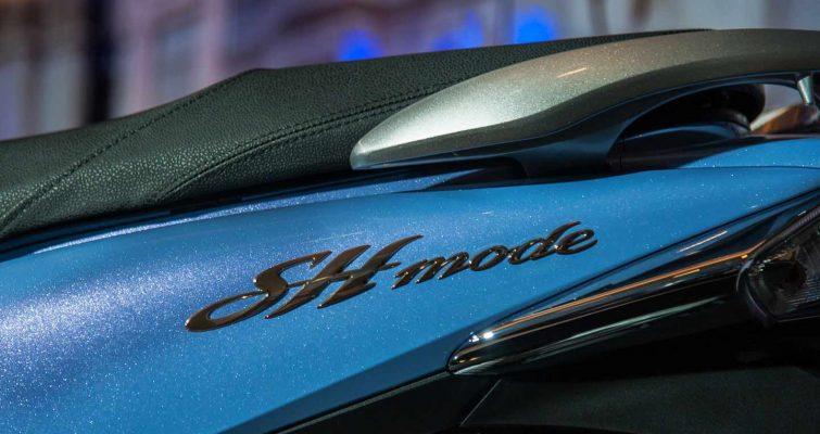 Phần thân xe được kết hợp dài bởi những đường cong và logo tinh xảo