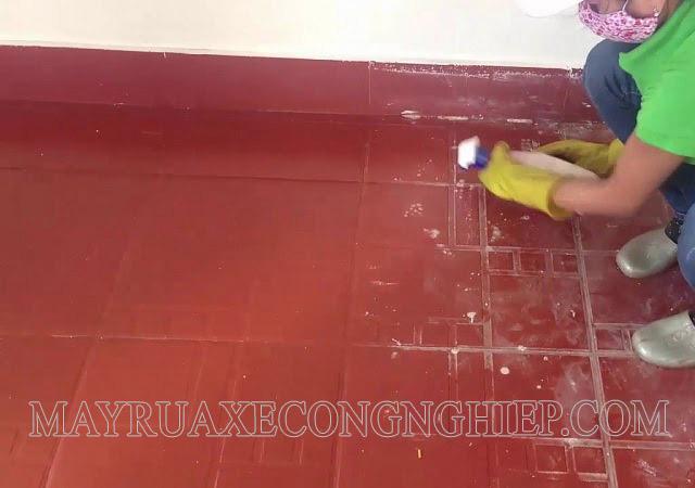 Làm sạch vết xi măng trên nền gạch